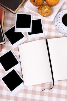 Leere fotos mit kaffee und schreibheft