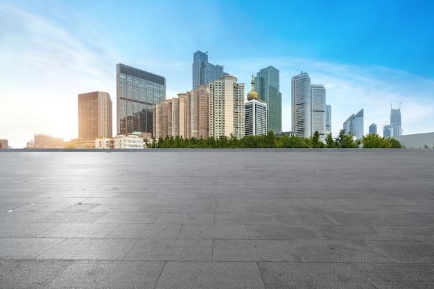Leere fußböden und städtische skyline in qingdao, china