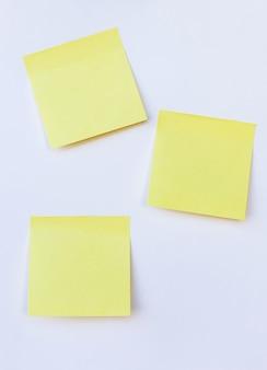 Leere gelbe anmerkung auf lokalisiertem weißem hintergrund