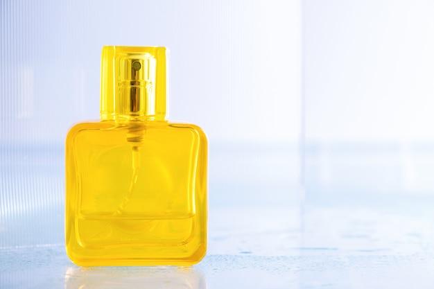 Leere gelbe flasche parfüm