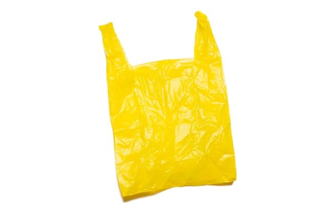 Leere gelbe plastiktüte isoliert im beschneidungsweg.