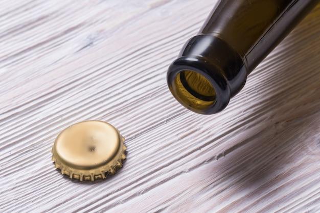 Leere geöffnete bierflasche