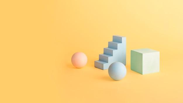 Leere geometrische formpodien und sockel in pastellfarben. platz zum platzieren von produkten kopieren. gut zum platzieren von objekten. modellform-podiumkonzept, großes banner.