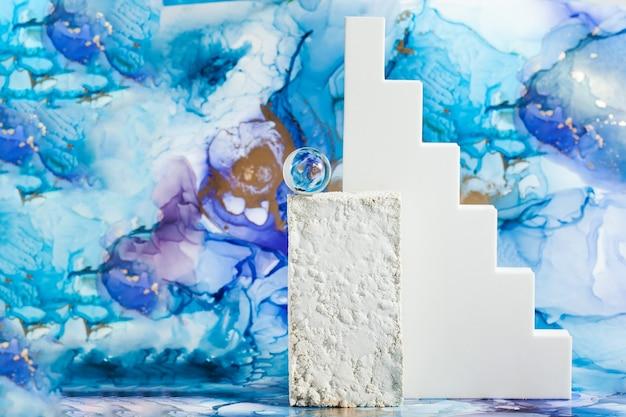 Leere geometrische laufstege für ihr produkt auf abstraktem blauem hintergrund