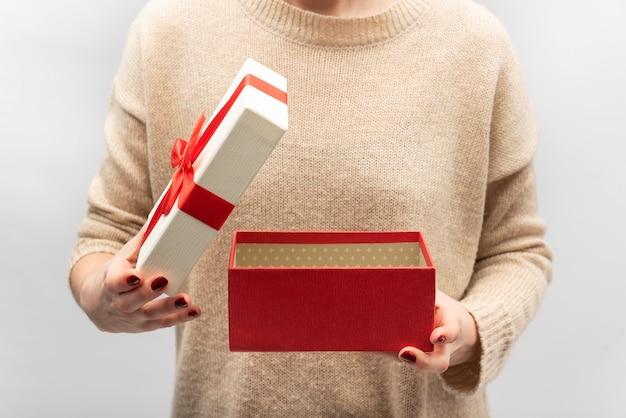 Leere geschenkbox in weiblichen händen