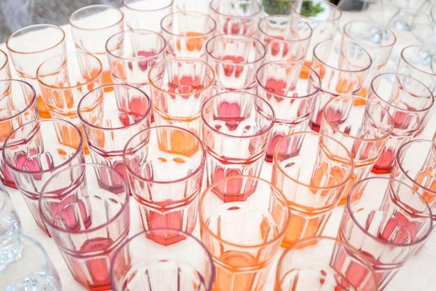 Leere gläser auf einer banketttischnahaufnahme