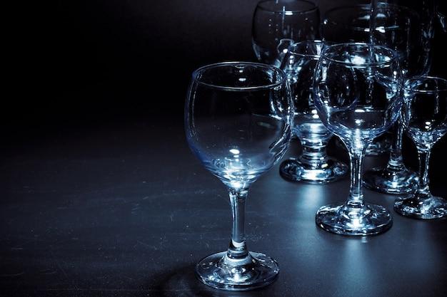 Leere gläser für getränke auf dunklem hintergrund