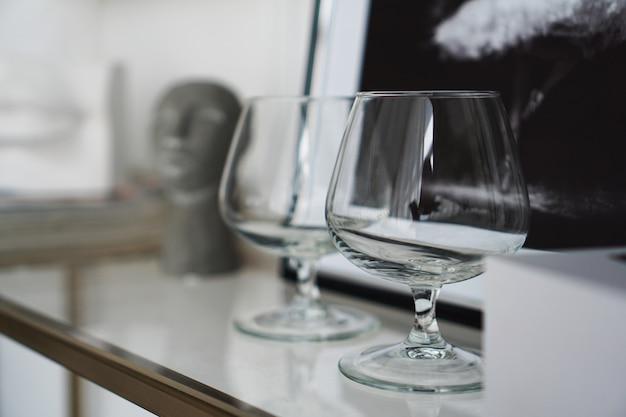 Leere gläser für whisky auf dem hintergrund eines modernen interieurs in einem arbeitszimmer oder einer kunstgalerie.