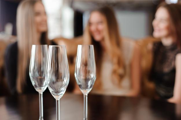 Leere gläser in einem restaurant auf dem tisch