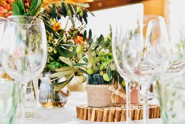 Leere gläser neben dem besteck und der tischwäsche eines gästetisches.