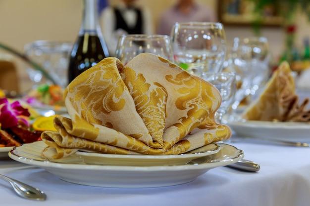 Leere gläser stellten mit serviette in der verzierten feinen speisenden gaststätte ein