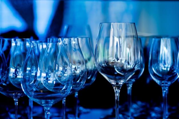 Leere gläser wein im restaurant