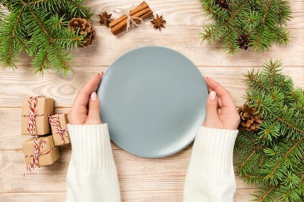 Leere graue platte auf holz mit weihnachtsdekoration.