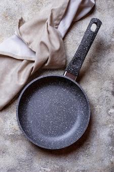 Leere graue steinbratpfanne