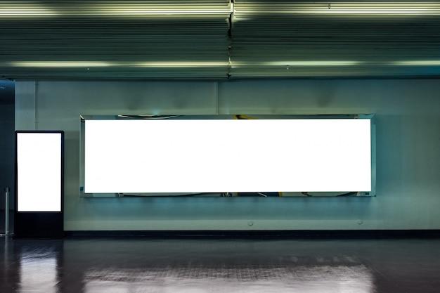 Leere große anschlagtafel mit digitalem modellschild