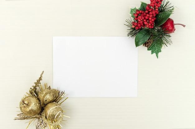 Leere grußkarte für weihnachten mit dekoration, draufsicht