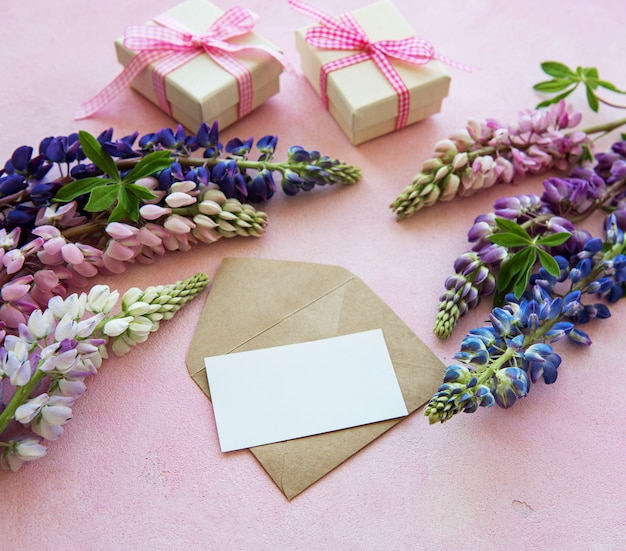 Leere grußkarte mit lupineblumen