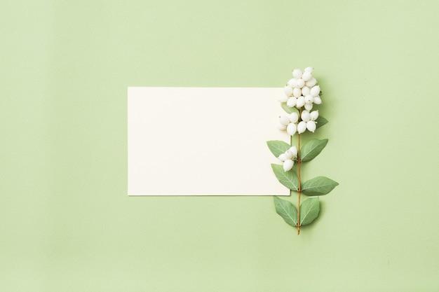 Leere grußkarte oder papiernotiz mit misteldekor.