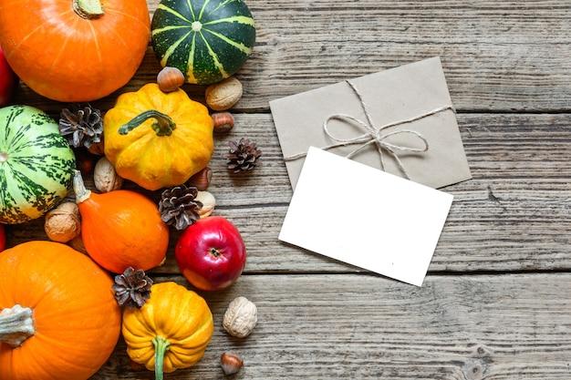 Leere grußkarte und umschlag mit thanksgiving-herbsthintergrund