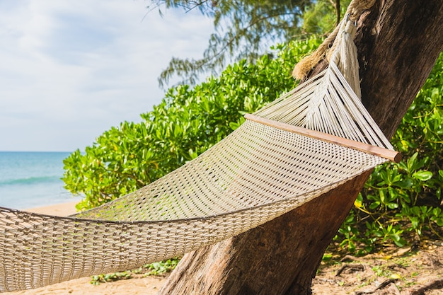 Leere hängematte am tropischen strand meer ozean für freizeit entspannen in urlaubsreisen