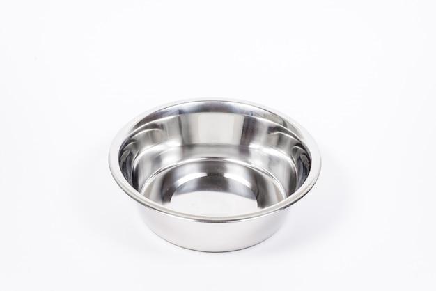 Leere haustier cup isoliert. metallnahrungsmittel- und wasserschüssel für katze oder hund