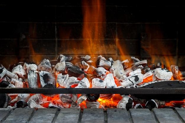 Leere heiße holzkohle mit flamme