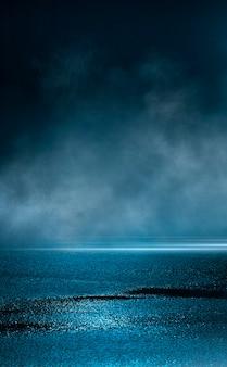Leere hintergrundszene. dunkle straßenreflexion auf den nassen pflastersteinen. neonlichtstrahlen im dunkeln