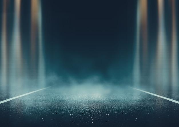 Leere hintergrundszene. dunkle straßenreflexion auf nassem asphalt. neonlichtstrahlen im dunkeln, neonfiguren, rauch. hintergrund der leeren bühnenshow. abstrakter dunkler hintergrund.
