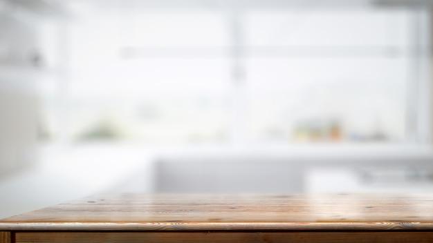 Leere hölzerne gegentabelle im weißen küchenraumhintergrund.