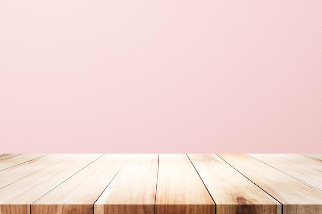 Leere hölzerne plattformtabelle über rostigem rosa hintergrund für anwesendes produkt.