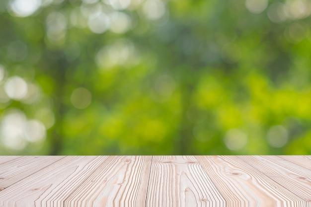 Leere hölzerne tabelle auf grünem natürlichem hintergrund