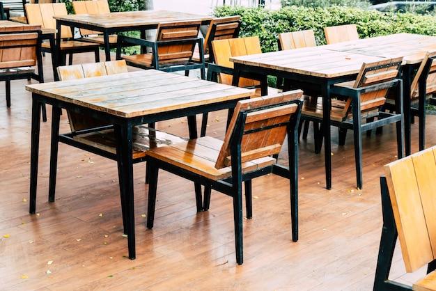 Leere hölzerne tabelle und stuhl restaurant im im freien