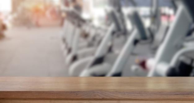 Leere hölzerne tabellenplatzplattform und eignungsturnhallenhintergrund