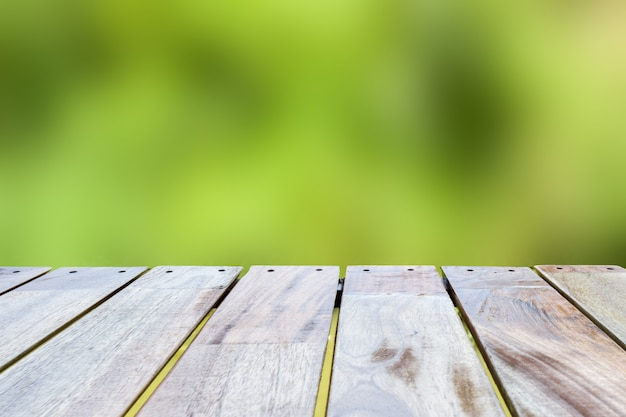 Leere hölzerne tischplatte auf waldhintergrund