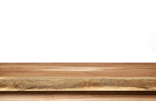 Leere hölzerne tischplatte auf weißem hintergrund