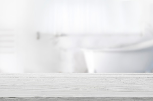 Leere hölzerne tischplatte mit unscharfem badezimmerhintergrund.