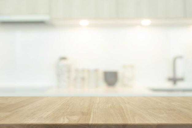 Leere hölzerne tischplatte und unscharfer kücheninnenhintergrund mit weinlesefilter