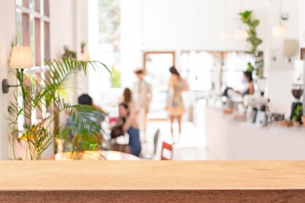Leere hölzerne tischplatzplattform mit verschwommenem restaurantinnenhintergrund