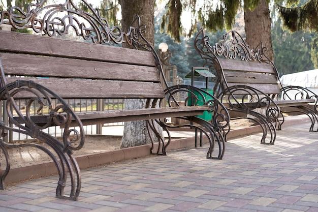 Leere holzbänke im parkbereich