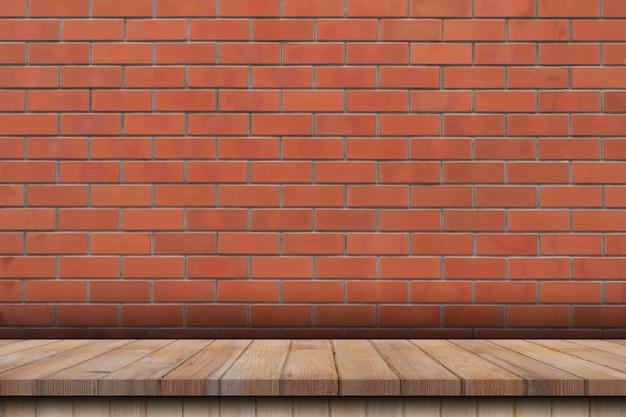 Leere holztabelle über rotem backsteinmauerhintergrund, produktmontageanzeigehintergrund