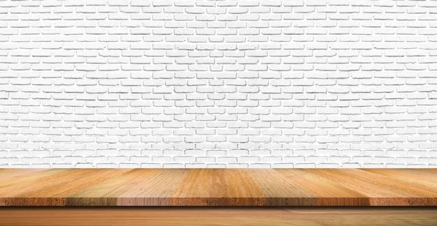 Leere holztischspitze, -zähler oder -regal auf weißem backsteinmauerhintergrund