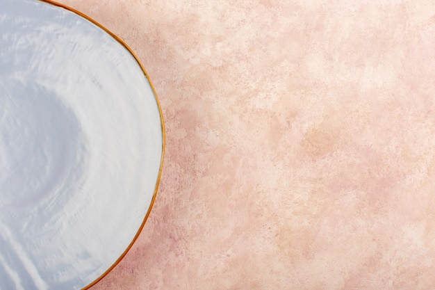 Leere isolierte lebensmitteltabelle der blauen runden platte der draufsicht