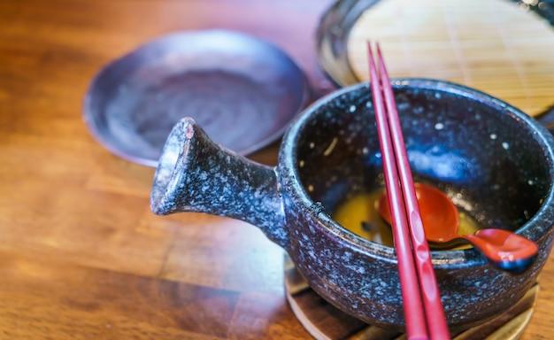 Leere japanische ramen-nudeln auf dem tisch