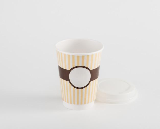 Leere kaffee-pappbecher im imbiss isoliert auf weißem hintergrund