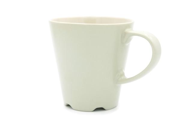 Leere kaffeetasse aus keramik isoliert auf weißem hintergrund