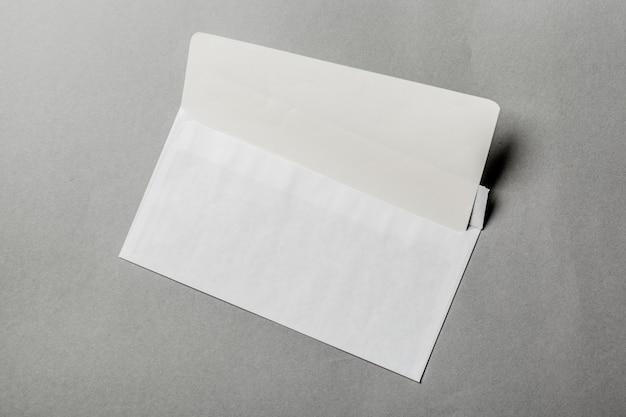 Leere karte im weißen umschlag