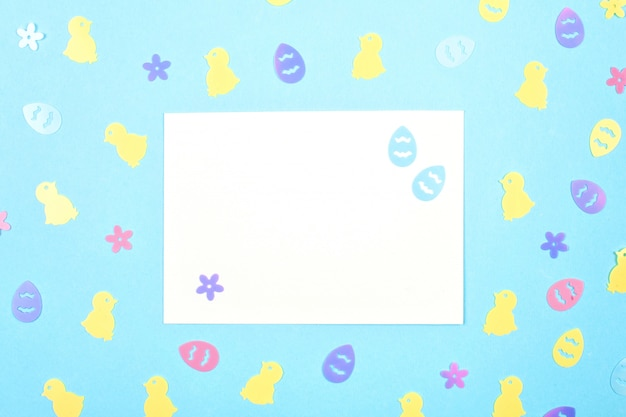 Leere karte mit frühling, ostern-dekoration über blauem pastell-backgroung