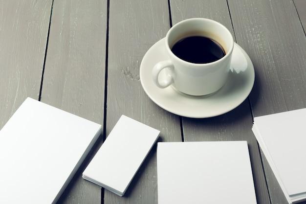 Leere karte mit kaffeetasse mit exemplar