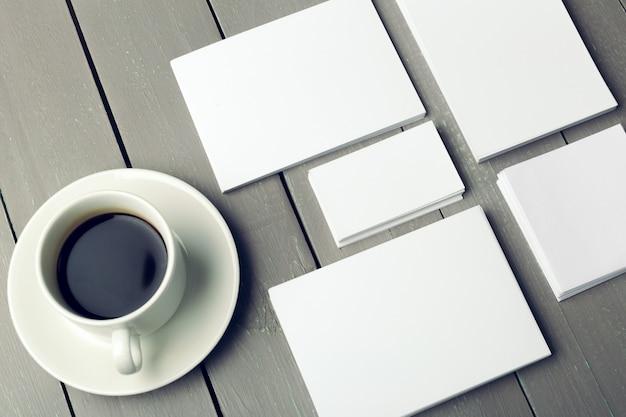 Leere karte mit kaffeetasse