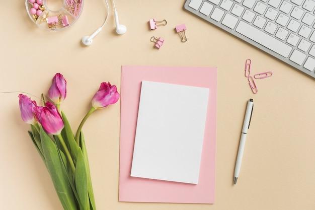 Leere karte mit schönen tulpen